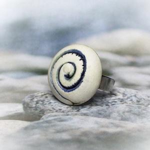 Illatosítható kékes-zöld spirál mintás kerámiagyűrű, Statement gyűrű, Gyűrű, Ékszer, Ékszerkészítés, Kerámia, Egyedileg, kézzel mintázott, rusztikus felületű, fehér alapon kék - zöld spirálmintás illatosítható ..., Meska