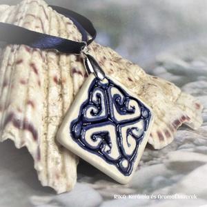 RIKA AromaÉkszer nyaklánc illatosítható kék szív motívumos négyzet alakú kerámiamedállal, Ékszer, Nyaklánc, Medálos nyaklánc, Kerámia, Ékszerkészítés, Kék selyemszalag-lurex zsinóros nyaklánc, fehér-kék szív motívumos, négyzet alakú medállal.\nEgyedile..., Meska