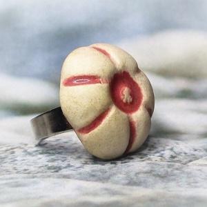 Illatosítható rózsaszín-fehér virágos kerámiagyűrű - Ajándék nőknek névnapra születésnapra , Ékszer, Gyűrű, Szoliter gyűrű, Ékszerkészítés, Kerámia, Nem mindennapi meglepetés lehet ez az aromagyűrű, melynek virágos kerámiadísze fehér agyagból, kézi ..., Meska
