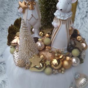 Arany egérkés karácsonyi dekoráció, Karácsony & Mikulás, Karácsonyi dekoráció, Virágkötés, Mindenmás, Aranyegérpár magas dobozra állítva, arany és fehér fenyővel, terméssel, aranyszínű karácsonyi gömbök..., Meska