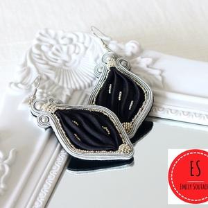 Sujtás fülbevaló, sujtás ékszer, selyem fülbevaló, Shibori selyem ékszer, fekete, ezüst, nemesacél, alkalmi, Ékszer, Fülbevaló, Esküvő, Táska, Divat & Szépség, Ékszerkészítés, Varrás, Sujtás (kézi varrás) technikával készült, egyedi tervezésű kézműves fülbevaló, amelyhez Shibori való..., Meska