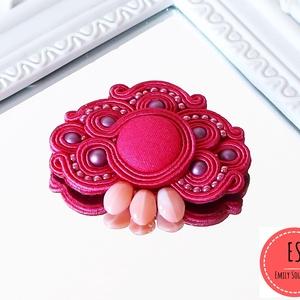 Sujtás bross, sujtás kitűző, kabátdísz, sujtás kiegészítő, Ékszer, Kitűző & Bross, Kitűző, Ékszerkészítés, Gyöngyfűzés, gyöngyhímzés, Egyedi tervezésű, kézzel varrott sujtás bross\n\nA sujtás bross közepén egy élénk pink textilgomb talá..., Meska