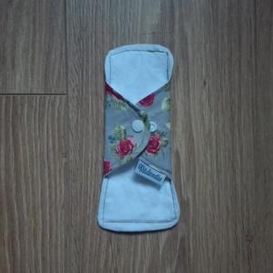 Prémium mosható tisztasági betét -vízhatlan réteggel , szürke alapon piros rózsá/fehér hátoldallal (ritakreativ) - Meska.hu