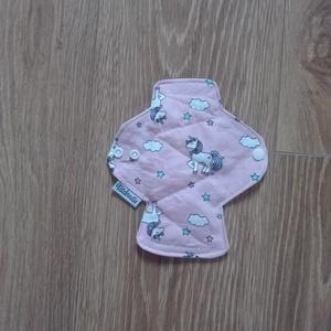 Prémium egészségügyi betét mini mosható - rózsaszín alapon unikornis (ritakreativ) - Meska.hu
