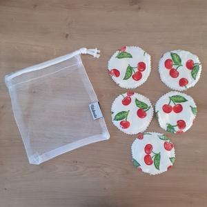 Arctisztító korong szett (5 db) ajándék mosózsákkal, cseresznye - sminklemosó, arclemosó, kozmetikai párna, Szépségápolás, Arcápolás, Arctisztító korong, Varrás, Az 5db korong mellé a képen láthatóhoz hasonló tüll mosózsák bónusz ajándék!\n\nAz eldobható vattakoro..., Meska