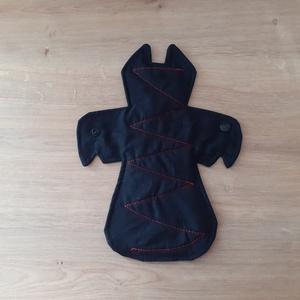 Batman Prémium egészségügyi betét közepes - denevér alakú exkluzív formabetét, NoWaste, Textilek, Táska, Divat & Szépség, Szépség(ápolás), Egészségmegőrzés, Fürdőszobai kellék, Menstruációs bugyi, Varrás, Egyedi forma különleges csajsziknak! Mert megérdemled! Sok odafigyelést és türelmet igényel, nehéz é..., Meska