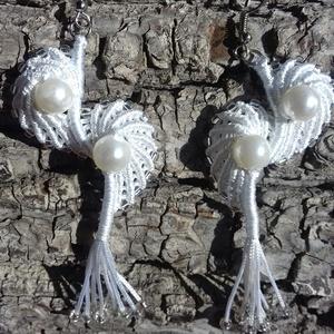 Hófehér kagylók, Ékszer, Fülbevaló, Lógó fülbevaló, Csomózás, Ékszerkészítés, Szatén szálból készítettem ezt a kagylókból álló hófehér fülbevalót, melyet akár menyasszonyi visele..., Meska