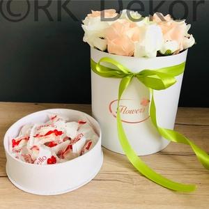Virágbox- köszönőajándék, koszorúslány és tanú felkérő ajándék, szülőköszöntő ajándék, Esküvő, Emlék & Ajándék, Szülőköszöntő ajándék, Festészet, Mindenmás, 20 cm-es fehér színű papírdoboz egyedi színű, minőségi selyemvirágokkal díszítve. Körbe egyedi színű..., Meska