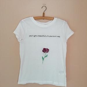 Hímzett póló (idézettel díszített), Ruha & Divat, Női ruha, Póló, felső, Hímzés, Idézettel díszített póló, amely teljes egészében kézzel készült.\nA felső anyaga 50% pamut és 50% vis..., Meska