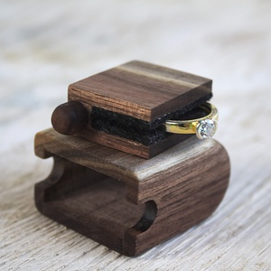 Gyűrűtartó doboz - Ajna, Esküvő, Gyűrűpárna, Ékszer, Ékszertartó, Famegmunkálás, A terjedelmes és meglehetősen nyilvánvaló hagyományos gyűrűdoboz már régóta esedékes az újratervezés..., Meska
