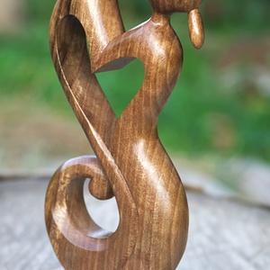 Végtelen szerelem szobor, Otthon & lakás, Képzőművészet, Szobor, Fa, Famegmunkálás, Diófából faragott szobrocska.\n\nMéretek:\nmagasság - 16 cm\nszélesség - 7 cm\nvastagság - 2 cm, Meska