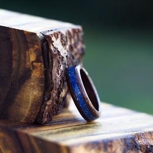 Fa gyűrű – Fekete dió kék zafír berakással, Ékszer, Gyűrű, Famegmunkálás, Elegáns, egyedi és különleges fa gyűrű. \nA gyűrű teljesen vízálló!\nMegrendeléskor, a megjegyzés rova..., Meska