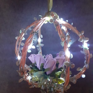 Függeszthető dekoráció, LED füzérrel, Esküvő, Dekoráció, Helyszíni dekor, Fonás (csuhé, gyékény, stb.), Mindenmás, Függeszthető ajándék vagy dekoráció.\nVesszőből fontam a gömb alapját, melyen halvány lila polifoam r..., Meska