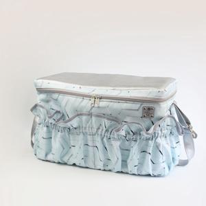 Menta-ezüst kismama táska karabinerrel, Táska & Tok, Pelenkatáska, Kismamatáska, Varrás, A táska méretei:\n-kb. 38,5cm széles\n-kb. 19cm vastag\n-kb. 24cm magas\n\nA táska külső részét ezüst szí..., Meska
