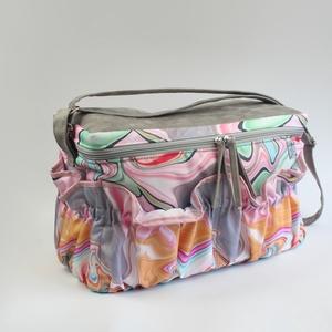 Sokzsebes színes kismama táska karabinerrel, Táska & Tok, Pelenkatáska, Kismamatáska, Varrás, A táska méretei:\n-kb. 38,5cm széles\n-kb. 19cm vastag\n-kb. 24cm magas\n\nA táska külső részét szürke mű..., Meska