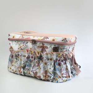 Sokzsebes nyári virágos kismama táska karabinerrel, Táska & Tok, Pelenkatáska, Kismamatáska, Varrás, A táska méretei:\n-kb. 38,5cm széles\n-kb. 19cm vastag\n-kb. 24cm magas\n\nA táska külső részét rózsaszín..., Meska
