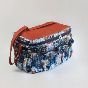 Sokzsebes csempemintás kismama táska karabinerrel, Táska & Tok, Pelenkatáska, Kismamatáska, Varrás, A táska méretei:\n-kb. 38,5cm széles\n-kb. 19cm vastag\n-kb. 24cm magas\n\nA táska külső részét terrakott..., Meska