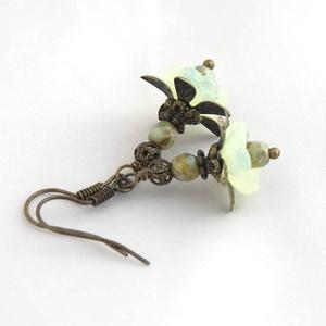 Krókusz - Apró, antik bronz, virágszirom alakú fülbevaló sárgás-fehér üveggyöngyök, Ékszer, Fülbevaló, Esküvő, Esküvői ékszer, Ékszerkészítés, Gyöngyfűzés, gyöngyhímzés, Apró, bájos fülbevalót készítettem tejszínes, sárgás, virág alakú üveggyöngyökből, melyek egy foltos..., Meska