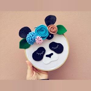 Fali dísz - Panda, Otthon & Lakás, Dekoráció, Falra akasztható dekor, Festett tárgyak, Több technikával készült Pandás fali dísz.\nEz a dekoráció tökéletes dísze lesz lakásodnak! :)\n\nParam..., Meska
