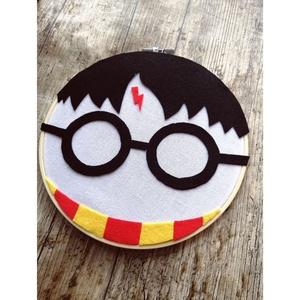 Harry Potter - Fali dísz, Otthon & Lakás, Dekoráció, Falra akasztható dekor, Festett tárgyak, Több technikával készült Harry Potter fali dísz.\nEz a dekoráció tökéletes dísze lesz lakásodnak! :)\n..., Meska