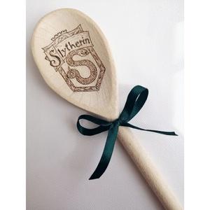 Fakanál - Mardekár/Harry Potter, Otthon & Lakás, Konyhafelszerelés, Fakanál & Fakanáltartó, Gravírozás, pirográfia, Pirográf technikával, kézzel készült Harry Potteres fakanál. \nTökéletes ajándék, dekoráció, főzőeszk..., Meska