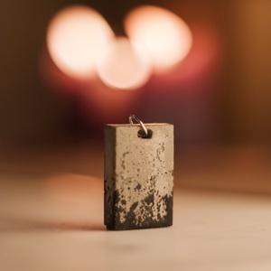 Mini beton nyaklánc fekete-szürke, Medálos nyaklánc, Nyaklánc, Ékszer, Ékszerkészítés, Festett tárgyak, Kis méretű, minimalisztikus szürke beton nyaklánc stílusos fekete festékkel.\n\nA képen nem látható, d..., Meska