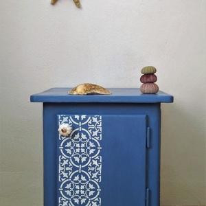 Greek blue - ajtós kis komód, éjjeliszekrény, Bútor, Otthon & lakás, Komód, Festett tárgyak, A görög házak spalettáinak kékje ihlette ezt a kis szekrénykét. Festett cementlap mintával, porcelán..., Meska