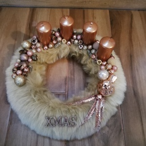 Adventi koszorú rosegold, Karácsony & Mikulás, Adventi koszorú, Mindenmás, Szőrmés macis alapú koszorú rosegold díszekkel , Meska