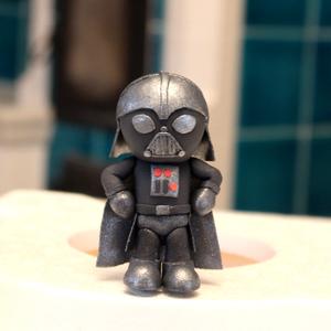 Darth Vader tortadísz, Élelmiszer, Édesség, Szobrászat, Gyurma, Darth Vader tortadísz cukormasszából. Magassága: 10 cm, szélessége: 6 cm. Egyedi megrendelésre készü..., Meska