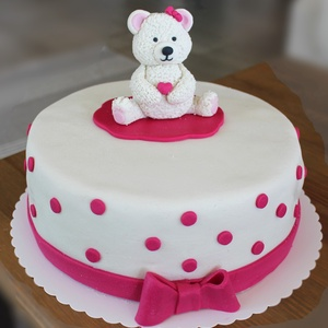 Maci tortadísz, Élelmiszer, Édesség, Szobrászat, Gyurma, Maci tortadísz cukormasszából. Méret: 10 cm magas, 10 cm széles. Egyedi megrendelésre készültek. Fog..., Meska