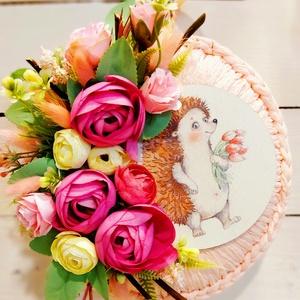 Tavaszi  süni tulipánnal ajtódísz, Otthon & Lakás, Dekoráció, Ajtódísz & Kopogtató, Virágkötés, Rózsaszín fonott alapon tavaszi selyemvirágok és süni tábla. , Meska