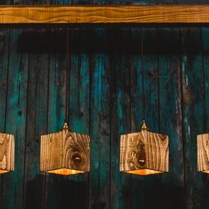 Rusztikus asztali függeszték, Lakberendezés, Otthon & lakás, Lámpa, Fali-, mennyezeti lámpa, Hangulatlámpa, Famegmunkálás, Négy darab négyszögletes újrahasznosított fenyőből készült függeszték, étkezőasztalok fölé.\n\nPácolva..., Meska