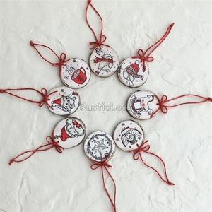 Fa karácsonyfadísz, rusztikus , Karácsony & Mikulás, Karácsonyfadísz, Famegmunkálás, Decoupage, transzfer és szalvétatechnika, Kedves, bájos karácsonyi minták piros-fehér alapszínekben festett, koptatott keményfa szeletekre dek..., Meska