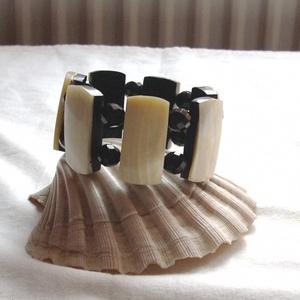 Gyöngyházfeketével, Ékszer, Karkötő, Gyöngyfűzés, gyöngyhímzés, Nagyon különleges, egyedi gyöngyházlapok és csiszolt fekete üveggyöngyből készült karkötő.\nKörméret:..., Meska