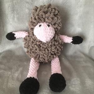 puha bárány, Játék & Gyerek, Plüssállat & Játékfigura, Horgolás, Csak egy bárány bundája lehet ennyire puha és selymes. Ez az ülve 18 cm magas bari gazi alvós barát!..., Meska