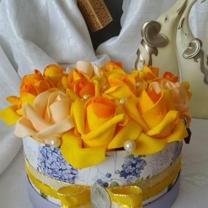 Kékvirágos-sárga rózsa box, Dekoráció, Otthon & lakás, Lakberendezés, Asztaldísz, Virágkötés, Kékvirágos dobozba csomagolt 15 szàlas habrózsabox. Egy 20 cm-es papírdobozba 12 sàrga-narancs és 3 ..., Meska