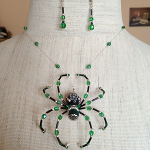Halloween kristály pók szett, Ékszerszett, Ékszer, Ékszerkészítés, Gyöngyfűzés, gyöngyhímzés, Egyedi kristály pók szett, zöld, fekete és ezüst színben. A pók damil szálon lóg, mintha csak a háló..., Meska