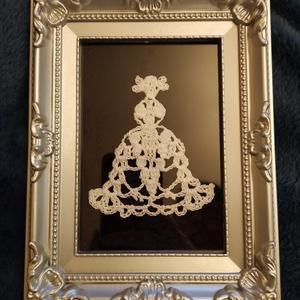 Kézzel horgolt csipke hölgy keretben, Kép & Falikép, Dekoráció, Otthon & Lakás, Horgolás, Kézzel horgolt csipke hölgy, ezüst színű keretben, üveg alatt. A fényes üveglap alatti csipke térbel..., Meska