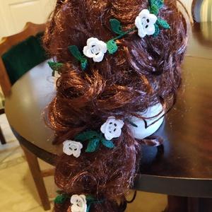 Menyasszonyi esküvői hajfüzér, Esküvő, Hajdísz, Kontydísz & Hajdísz, Horgolás, Aprólékos munkával készült, kézzel horgolt virágfüzér az esküvői frizurához. Esküvő után variálható ..., Meska