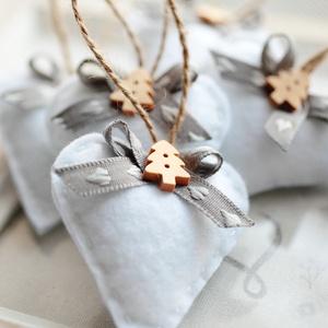 Karácsonyi filc szívek, Karácsonyfadísz, Karácsony & Mikulás, Otthon & Lakás, Varrás, 7db kézzel varrt karácsoyi filc szívecske. Kb. 6cm-esek.\nAz ár egy csomagra vonatkozik., Meska