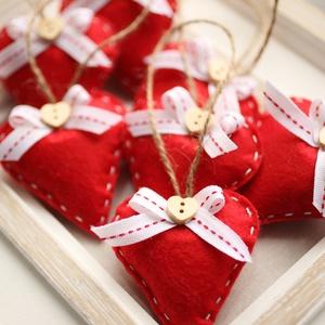 Karácsonyi filc szívek, Otthon & Lakás, Karácsony & Mikulás, Karácsonyfadísz, Varrás, 7db kézzel varrt karácsoyi filc szívecske, magyal levéllel és gombbal díszítve. Kb. 6cm-esek.\nAz ár ..., Meska