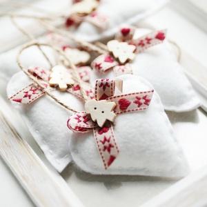 Karácsonyi filc szívek, Karácsony & Mikulás, Karácsonyfadísz, Varrás, 7db kézzel varrt karácsoyi filc szívecske. Kb. 6cm-esek.\nAz ár egy csomagra vonatkozik., Meska