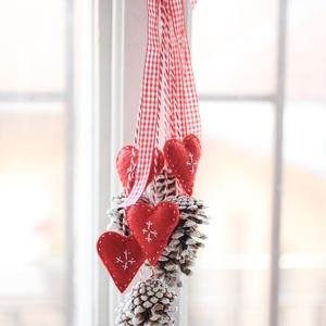 Karácsonyi ajtódísz, Otthon & Lakás, Karácsony & Mikulás, Karácsonyi kopogtató, Mindenmás, 6db toboz és 4db hímzett filc szívecske , Meska