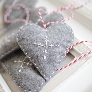 Karácsonyi filc szívek, Karácsonyfadísz, Karácsony & Mikulás, Otthon & Lakás, Varrás, 5db kézzel varrt karácsoyi filc szívecske. Kb. 8-9cm-esek.\nAz ár egy csomagra vonatkozik., Meska