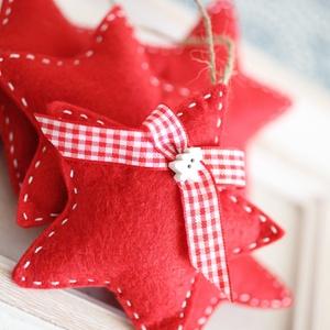 Karácsonyi filc szívek, Otthon & Lakás, Karácsony & Mikulás, Karácsonyfadísz, Varrás, 5db kézzel varrt karácsoyi filc szívecske. Kb. 8-9cm-esek.\nAz ár egy csomagra vonatkozik., Meska