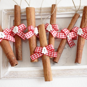 Karácsonyi fahéj díszek, Karácsonyfadísz, Karácsony & Mikulás, Otthon & Lakás, Mindenmás, 7db illatos fahéj szalaggal és fafiguával díszítve., Meska