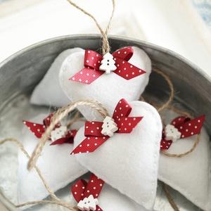 Bababarát karácsonyi filc szívek, bordó-pöttyös 7db, Karácsony & Mikulás, Karácsonyfadísz, Varrás, 7db kézzel varrt karácsoyi filc szívecske. Kb. 6cm-esek.\nAz ár egy csomagra vonatkozik.\nTörhetetlen,..., Meska