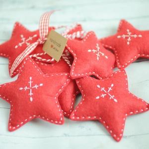 Karácsonyi filc díszek, piros csillagok , Otthon & Lakás, Karácsony & Mikulás, Karácsonyfadísz, Varrás, 7db kézzel varrt karácsoyi filc dísz. . Kb. 8-9cm-esek.\nAz ár egy csomagra vonatkozik., Meska