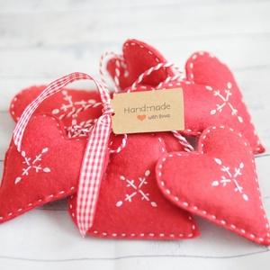 Karácsonyi filc díszek, piros szívek, Otthon & Lakás, Karácsony & Mikulás, Karácsonyfadísz, Varrás, 7db kézzel varrt karácsoyi filc dísz. . Kb. 8-9cm-esek.\nAz ár egy csomagra vonatkozik., Meska