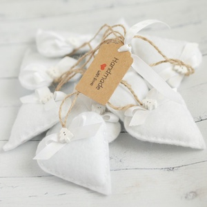 Karácsonyi filc szívek, fehér, fehér szalaggal, Karácsony & Mikulás, Karácsonyfadísz, Varrás, 9db kézzel varrt karácsoyi filc szívecske. Kb. 6cm-esek.\nAz ár egy csomagra vonatkozik., Meska